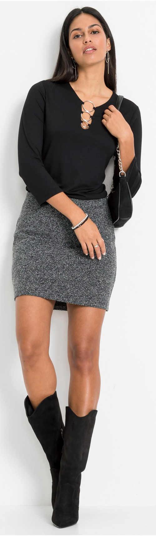 Szürke női szoknya magas csizmával